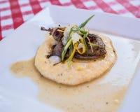 La cucina gastronomica del pollo o della quaglia è servito su un piatto bianco con immagine stock libera da diritti