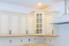 La cucina interna di miglioramento domestico dei gabinetti della nuova cucina domestica ritocca immagini stock libere da diritti