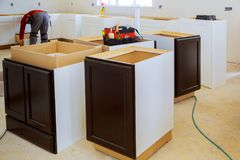 La cucina ritocca la mobilia di montaggio della cucina del bello uomo della cucina fotografia stock