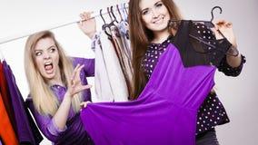 La cueillette de femme vêtx de la garde-robe, ami étant jaloux Photos stock