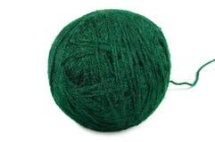 La cuerda de rosca fina verde de la bola de las lanas aisló macro del ovillo Fotos de archivo libres de regalías