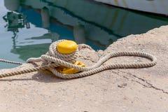 La cuerda del amarre en el embarcadero imagenes de archivo