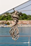 La cuerda del amarre en la nave fotos de archivo