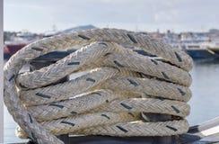 La cuerda del amarre en la nave imagen de archivo libre de regalías