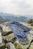 La cuerda está situada en los cantos rodados en un top de la montaña Fotos de archivo
