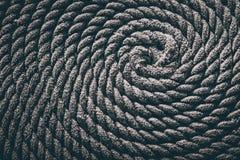 La cuerda para el barco puso bajo la forma de espiral Fondo fotos de archivo libres de regalías