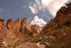 La cuesta de las montañas de Tien Shan occidental en Uzbekistán Imágenes de archivo libres de regalías