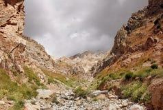 La cuesta de las montañas de Tien Shan occidental en Uzbekistán Foto de archivo