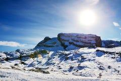 La cuesta del esquí con una opinión sobre las montañas de Dolomiti Imagen de archivo