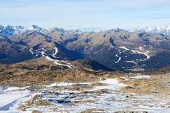 La cuesta del esquí con una opinión sobre las montañas de Dolomiti Imagenes de archivo
