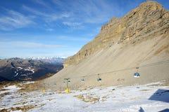 La cuesta del esquí con una opinión sobre las montañas de Dolomiti Imágenes de archivo libres de regalías