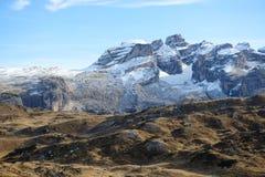 La cuesta del esquí con una opinión sobre las montañas de Dolomiti Fotografía de archivo