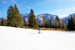 La cuesta y el esquiador del esquí Fotografía de archivo