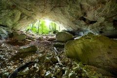 La cueva del río de Galbena en las montañas de Apuseni Imagenes de archivo