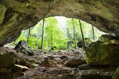 La cueva del río de Galbena en las montañas de Apuseni Fotos de archivo