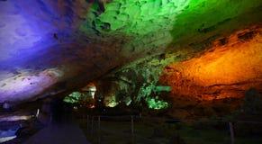 La cueva o la caverna con las luces coloridas se abre para el turismo Foto de archivo libre de regalías