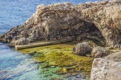 La cueva y la playa en Ghar Lapsi Foto de archivo libre de regalías