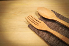 La cuillère et la fourchette en bois est placée sur une table en bois photographie stock libre de droits