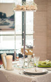 La cuillère, la fourchette, les plats propres, les verres et un couteau ont attaché le ruban de célébration. Photo stock