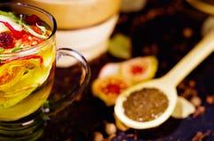La cuillère rustique en bois de plan rapproché s'est remplie de poudre fraîche de tisane, d'autres thés et d'épices à l'arrière-p Photo libre de droits