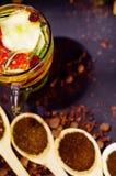 La cuillère rustique en bois de plan rapproché s'est remplie de poudre fraîche de tisane, d'autres thés et d'épices à l'arrière-p Images libres de droits