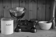 La cuisine antique mesure le mortier et le pilon de farine Photos stock