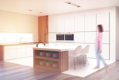 La cuisine avec une table et les partie supérieure du comptoir dégrossissent, fille Photos stock
