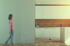 La cuisine blanche et en bois, raillent vers le haut du mur modifié la tonalité Photo stock