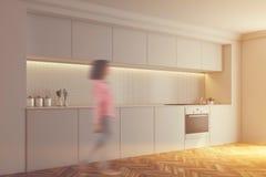 La cuisine carrelée blanche, four, dégrossissent modifié la tonalité Image libre de droits