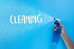 La cuisine colorée de nettoyage, la salle de bains et d'autres salles nettoient servic Images libres de droits