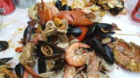 La cuisine de Singapour - corroyez les crabes de piments avec des moules et des palourdes image libre de droits