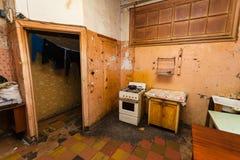 La cuisine sale est dans l'appartement provisoire pour les réfugiés vivants d'existence image libre de droits