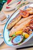 La cuisine slovène traditionnelle, les poissons grillés mélangés et les fruits de mer avec l'ail huile Photo libre de droits