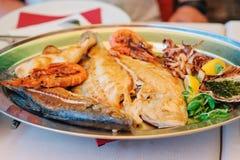 La cuisine slovène traditionnelle, les poissons grillés mélangés et les fruits de mer avec l'ail huile Foyer sélectif Photo libre de droits