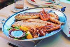 La cuisine slovène traditionnelle, les poissons grillés mélangés et les fruits de mer avec l'ail huile Foyer sélectif Photos libres de droits