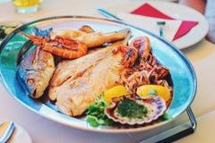 La cuisine slovène traditionnelle, les poissons grillés mélangés et les fruits de mer avec l'ail huile Foyer sélectif Photos stock
