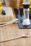 La cuisson administre des mensonges à la cuillère sur le plan de travail dans la cuisine Photos libres de droits