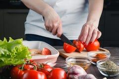 La cuisson chiken Main femelle coupée avec un couteau photos libres de droits
