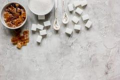 La cuisson des bonbons a placé avec différents morceaux de sucre sur la maquette grise de vue supérieure de fond de table Photo libre de droits