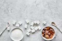 La cuisson des bonbons a placé avec différents morceaux de sucre sur la maquette grise de vue supérieure de fond de table Images libres de droits