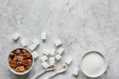 La cuisson des bonbons a placé avec différents morceaux de sucre sur la maquette grise de vue supérieure de fond de table Image libre de droits