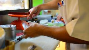 La cuisson des sushi japonais de cuisine est un aliment du Japon clips vidéos