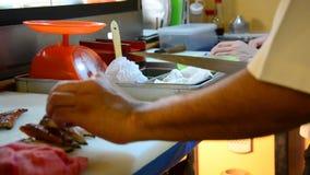 La cuisson des sushi japonais de cuisine est un aliment du Japon banque de vidéos
