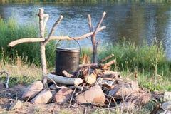 La cuisson mangent dans le lanceur sur le feu dans la hausse Image libre de droits
