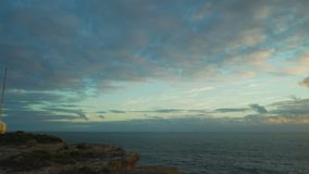 La cuisson a tiré du cap Nelson Lighthouse avec un coucher du soleil splendide dans l'Australie pendant l'été banque de vidéos