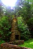 La culla del camino di pietra e del fondamento di Foresty rimane Fotografia Stock
