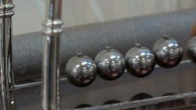 La culla di Newton che mostra le leggi di fisica nel moto Museo del pendolo di Newton e di scienza archivi video