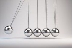 La culla di Newton d'equilibratura delle palle Immagine Stock