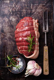 La culotte, les assaisonnements et la viande crus de boeuf de rôti bifurquent sur le backgroun foncé en métal Photographie stock