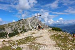 La cumbre de Monte Specie 2.307 metros con la cruz, dolomías, Italia imágenes de archivo libres de regalías